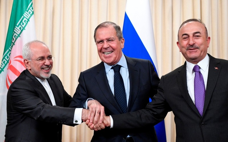Russian Foreign Minister Sergei Lavrov (C), his Iranian counterpart Mohammad Javad Zarif (L) and Turkish FM u00c7avuu015fou011flu shake hands at the end of a joint press conference on April 28, 2018. (AFP Photo)