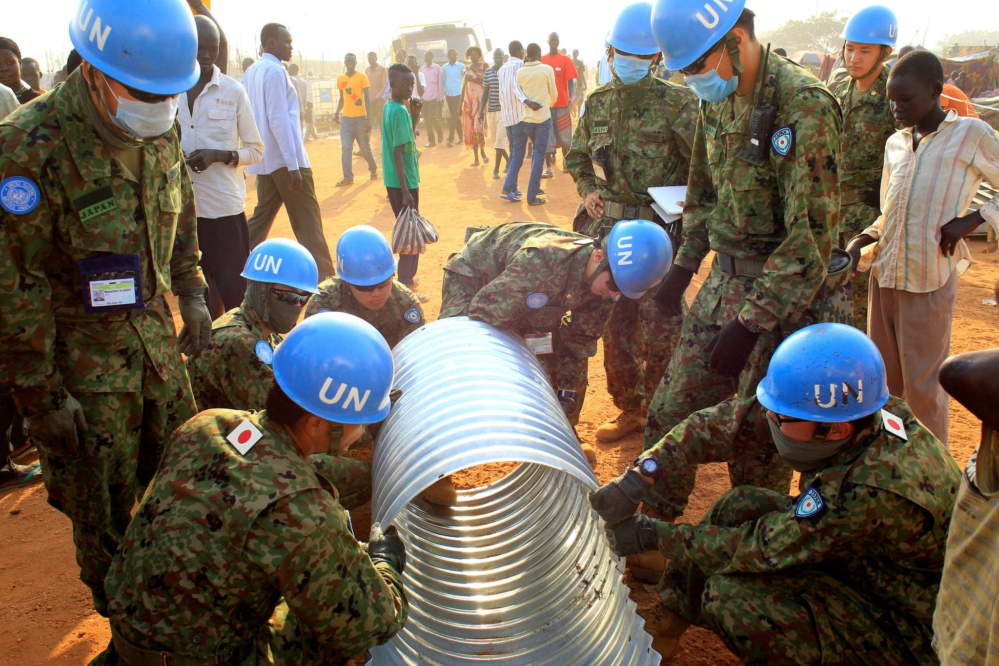 UNMISS peacekeepers from Japan assemble a drainage pipe at Tomping camp, in Juba January 7, 2014. (REUTERS Photo)