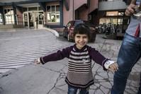 فرح الطفلة السورية بعد استعادتها بصرها (الأناضول)