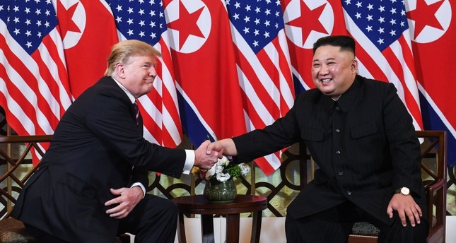US President Donald Trump (L) shakes hands with North Korea's leader Kim Jong Un following a meeting at the Sofitel Legend Metropole hotel in Hanoi on February 27, 2019 (AFP Photo)