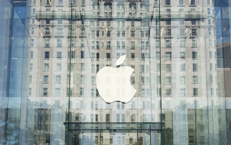 This file photo taken on September 14, 2016 shows the Apple logo at the entrance to the Fifth Ave. Apple store in New York. (AFP Photo)
