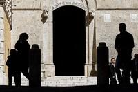 Die taumelnde Krisenbank Monte dei Paschi di Siena darf von Italien staatliche Hilfen bekommen. Heute machte die EU-Kommission den Weg dafür frei.  Außerdem genehmigte die Behörde in Brüssel,...