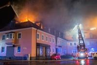 Bei einem Zimmerbrand in einer Flüchtlingsunterkunft in Bad Driburg bei Paderborn ist eine Bewohnerin ums Leben gekommen.  Es handele sich um eine 28-Jährige aus Albanien, sagte ein...