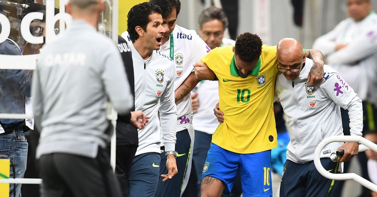 Neymar leaves the pitch injured during a friendly match against Qatar, June 5, 2019.