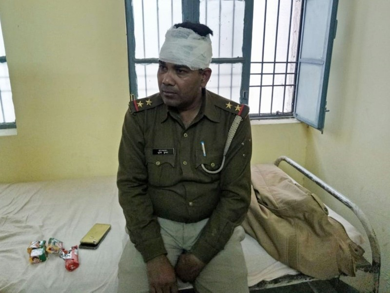 An Indian policeman looks on after receiving treatment for a head injury following reports of mob violence at Chingravati village in Bulandhahr, India's northern Uttar Pradesh state, on December 3, 2018. (AFP Photo)