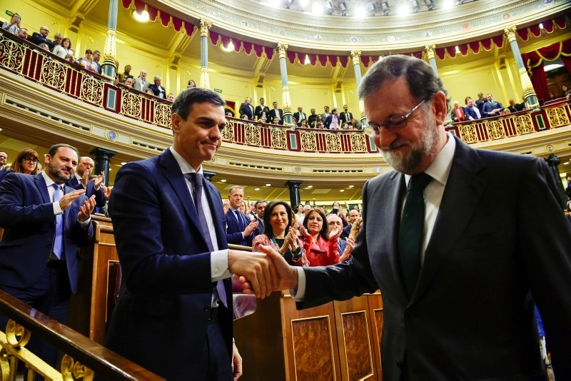 Spain's new Prime Minister and Socialist party (PSOE) leader Pedro Sanchez shakes hands with ousted Prime Minister Mariano Rajoy after a motion of no confidence vote at parliament in Madrid, Spain, June 1, 2018. (Reuters Photo)