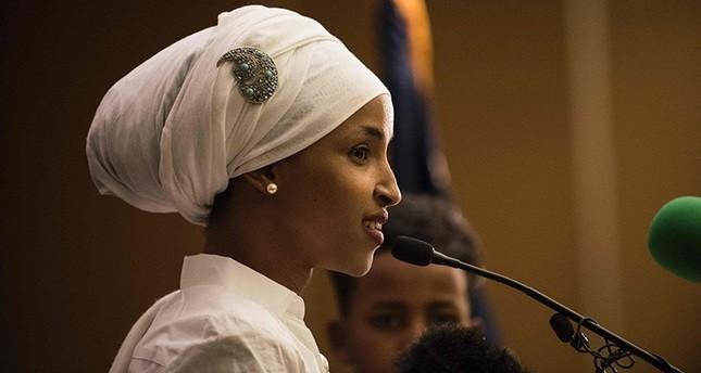 جاوش أوغلو يهنئ إلهان عمر أول مسلمة محجبة في مجلس تشريعي أمريكي