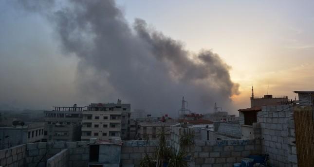 لفرنسية) قصف النظام السوري على حي اليرموك الدمشقي حيث كان يتمركز مقاتلون من داعش (ا)
