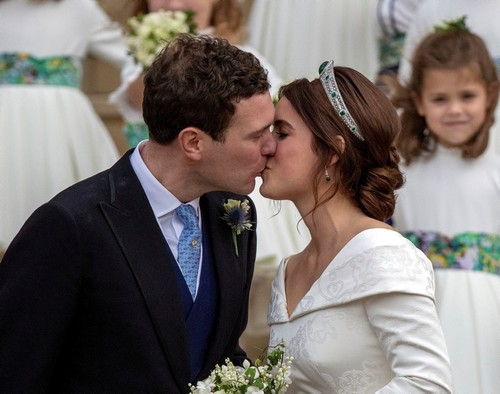 Princess Eugenie and Jack Brooksbank kiss on the steps of St George's Chapel in Windsor Castle after their wedding. (REUTERS Photo)