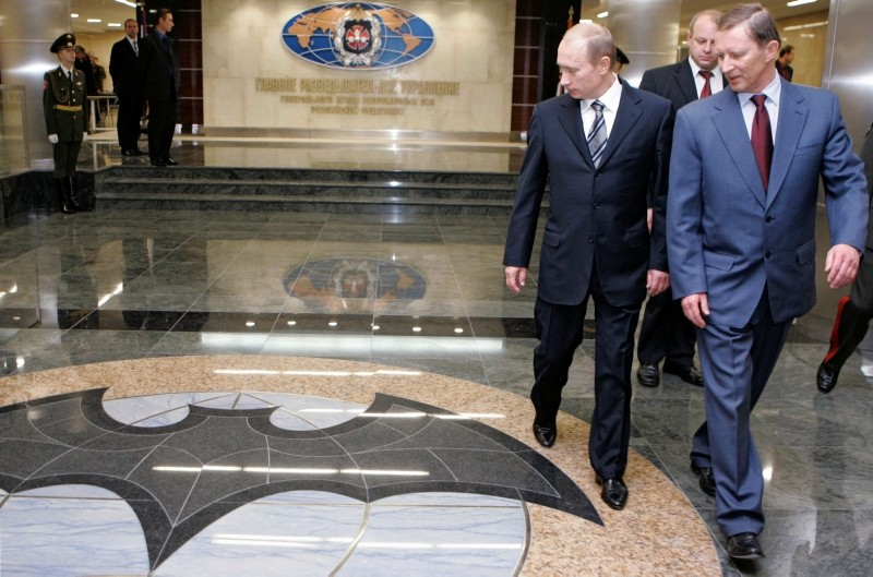 Russian President Vladimir Putin and Defence Minister Sergei Ivanov visit the new GRU military intelligence headquarters building in Moscow, Russia, Nov. 8, 2006. (Reuters Photo)