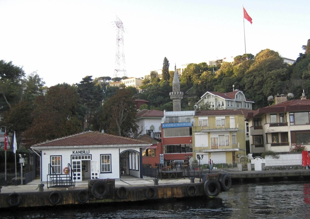 The ferry pier in Kandilli, where fish restaurants and cafes are located, can be considered the center of the district.