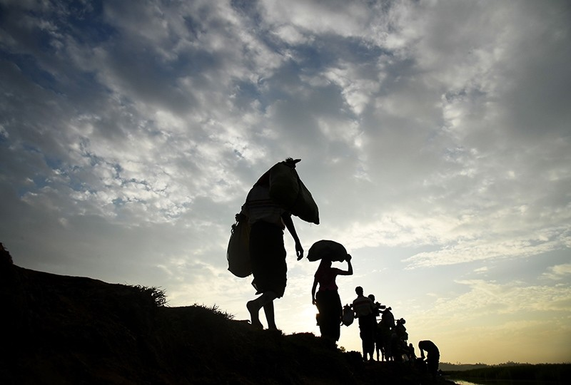 Rohingya Muslim refugees who were stranded after leaving persecution in Myanmar walk towards the Balukhali refugee camp after crossing the border, Ukhia district, Bangladesh, Nov. 2, 2017. (AFP Photo)