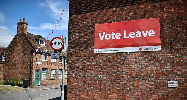 A 'Vote Leave' sign is seen on the side of a building in Charing on June 16, 2016 urging people to vote for Brexit in the upcoming EU referendum. (AFP Photo)