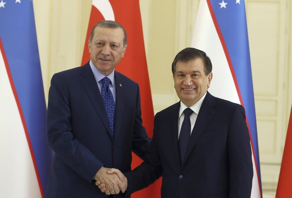 President Erdou011fan (L) and Uzbek President Mirziyoyev shake hands before a meeting in Samarkand, Uzbekistan, Nov. 18, 2016.
