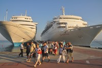 Tourists from Malta, Greece, Bahamas arrive at Turkey's Kuşadası on cruise ships