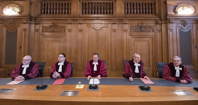 Andreas Korbmacher, presiding judge at the Federal Administrative Court, center, opens a trial in the Federal Administrative Court in Leipzig, Germany, Tuesday, Feb. 27, 2018 (AP Photo)