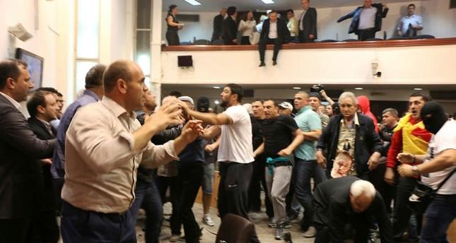 محتجون يقتحمون مقر البرلمان المقدوني بعد انتخاب رئيس له من أصول ألبانية.. ودول الجوار تدعو للهدوء