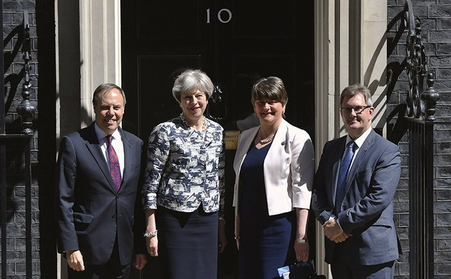 Britain's PM Theresa May (2ndL) greets Democratic Unionist Party (DUP) leader Arlene Foster (2ndR) DUP deputy leader Nigel Dodds (L), and member of parliament Jeffrey Donaldson, outside 10 Downing Street in London, Monday June 26, 2017. (AP Photo)