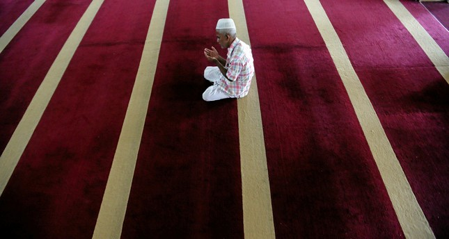 A Muslim man prays during the holy month of Ramadan at a mosque in Kalutara, Sri Lanka June 15, 2017. (REUTERS Photo)