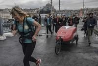 Elderly British adventurer crosses iconic Istanbul bridge