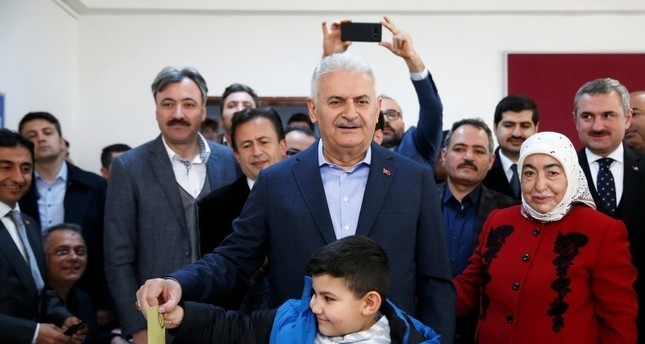 سياسيون ومرشحون يدلون بأصواتهم في الانتخابات المحلية التركية