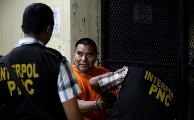 Santos Lopez Alonzo is being handcuffed by an Interpol agent while waiting for a judge's hearing after having been deported from the U.S., in Guatemala City, Guatemala, August 10, 2016. Reuters Photo