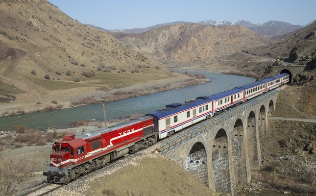 The Kurtalan Express departs from Ankara and arrives in Siirt in more than 24 hours. Although the journey is long, the train features sleeping cars that make the journey more comfortable.
