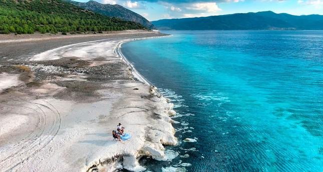 بحيرة صالده التركية تخطف أنظار السياح