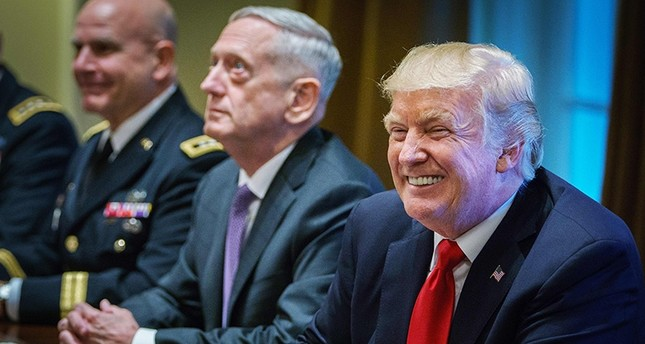 U.S. President Donald Trump smiles as Defense Secretary James Mattis (C) looks on during a meeting with senior military leaders in the Cabinet Room of the White House on October 5, 2017. (AFP Photo)