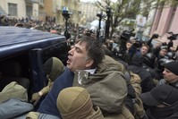 ساكشفيلي خلال اعتقاله من قبل الشرطة الأوكرانية في كييف (أسوشييتد برس)