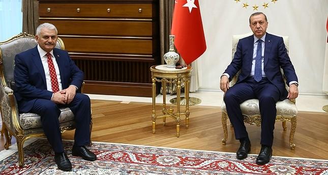 Erdoğan (R) with Yıldırım (L) during a meeting at the Presidential Palace, in Ankara, on May 24, 2016 (AFP).