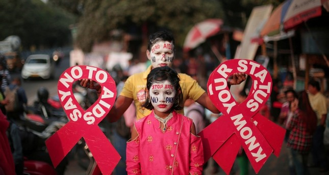 Activists hold the message during an AIDS awareness campaign on the eve of World AIDS Day in Kolkata, Eastern India, November 30, 2018. (EPA Photo)