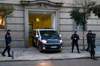 سيارة شرطة إسبانية يعتقد أنها تقل أحد القادة الانفصاليين في طريقه إلى المحكمة (AP)