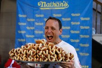 US man breaks hot dog-eating contest record with 72 in 10 minutes