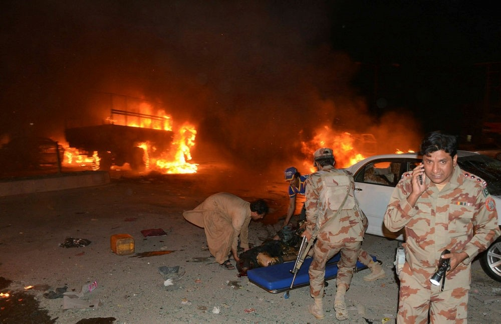 Pakistani soldiers and volunteers attempt to move a victim's body after a blast in Quetta on August 12, 2017. (AFP Photo)