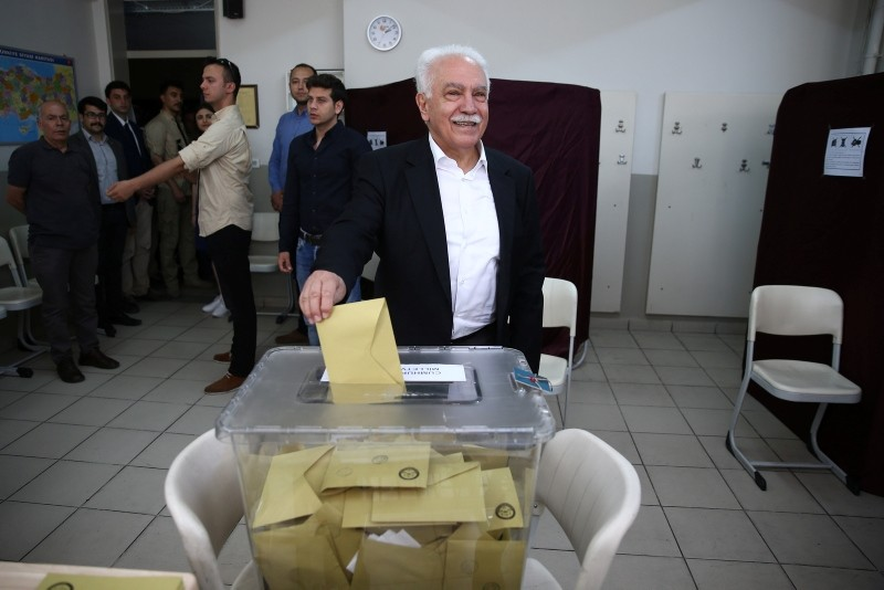 VP Chairman and presidential candidate Dou011fu Perinu00e7ek casts his vote for Turkey's presidential and parliamentary elections at a school in Istanbul's Beu015fiktau015f district, June 24, 2018. (AA Photo)