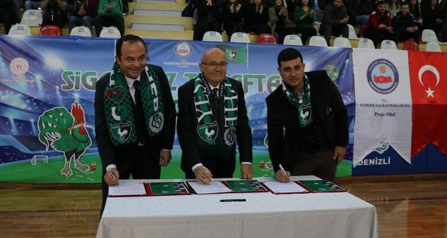 Turkish football fans sign contract to quit smoking en masse