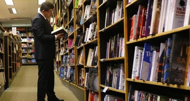 داود أوغلو يلتقي بالقراء في حفل توقيع كتابه الجديد حضارات ومدن