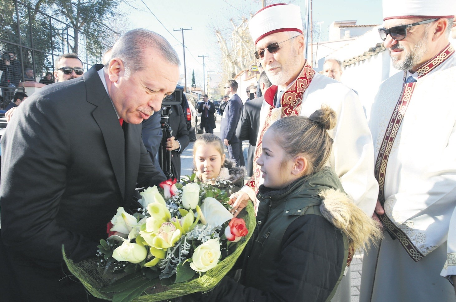 During his visit to Greece, President Erdou011fan met with the Turkish minority in Western Thrace where he said necessary steps for the minority group have not been taken and therefore the Lausanne Treaty should be updated.
