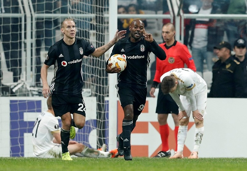 Vagner Love celebrates Beu015fiktau015f's first goal of the match. (Reuters Photo)
