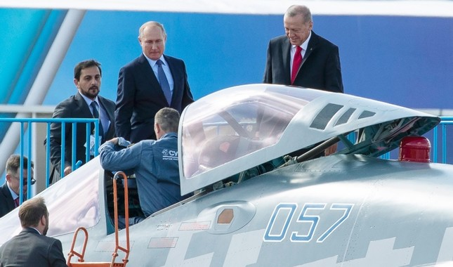 President Recep Tayyip Erdoğan, right, and Russian President Vladimir Putin examine a Sukhoi Su-57 fighter jet duringthe MAKS 2019 air show in Zhukovsky, outside Moscow, Russia, Aug. 27, 2019. (AP Photo)