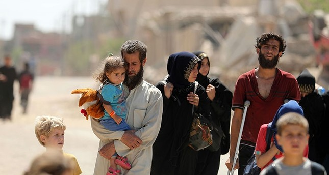 Displaced Iraqis evacuate their home in western Mosul's Zanjili neighbourhood on June 1, 2017 during ongoing battles between Iraqi forces to retake the city from Daesh militants. (AFP Photo)
