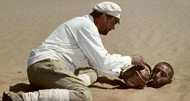Sukhov shares his water with Sayid in the desert.