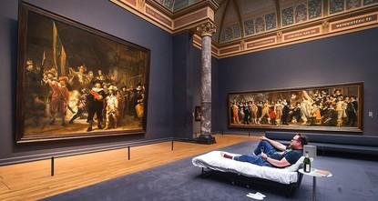 Der Niederländer Stefan Kasper hat die Nacht auf Freitag im Amsterdamer Rijksmuseum verbracht - in einem Bett vor Rembrandts Meisterwerk Die Nachtwache. Der Kunstlehrer war der zehnmillionste...