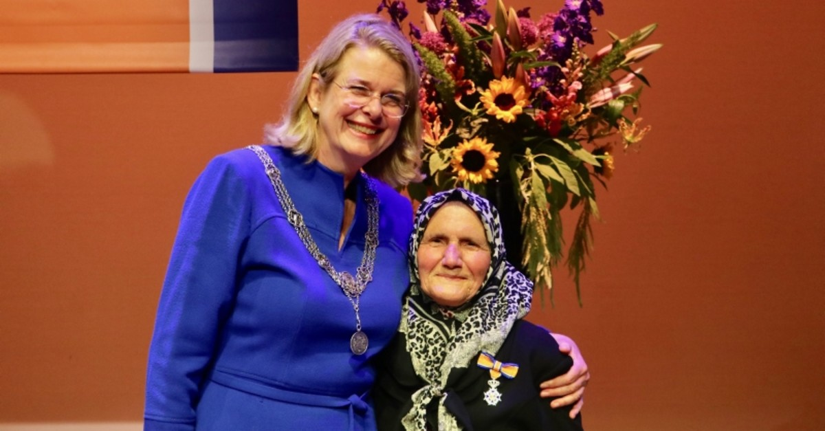 Zehra Tu00fcrker (R) with The Hague Mayor Pauline Krikke (AA Photo)