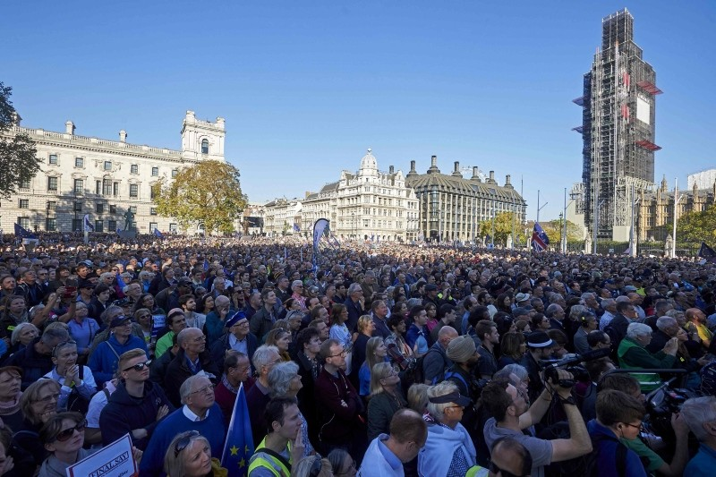 Demonstrators listen to speeches in Parliament Square after taking part in a march calling for a People's Vote on the final Brexit deal, in central London on October 20, 2018. (AFP Photo)