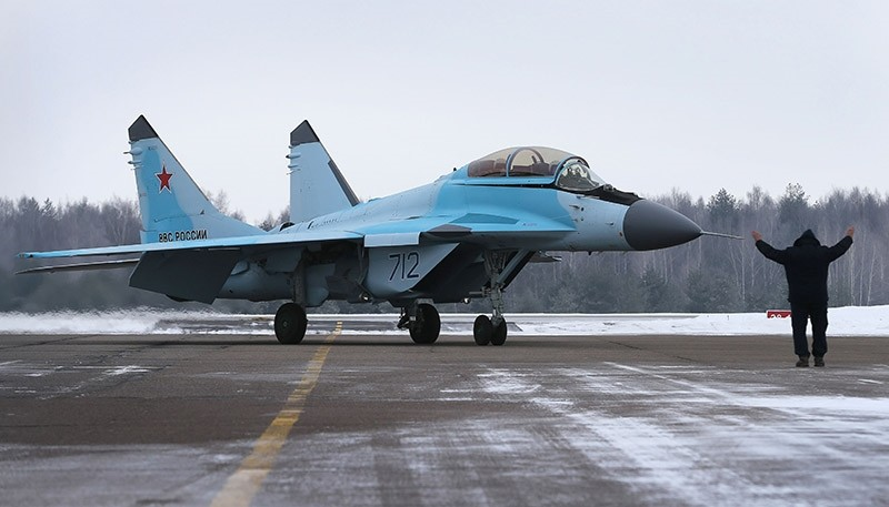 A man gestures next to a Russian multipurpose jet fighter MiG-35 on the tarmac during its presentation at the MiG plant in Lukhovitsy on January 27, 2017 (AFP Photo)