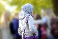 قالت الشرطة الأمريكية إنه تم طرد معلم من مدرسته؛ لنزعه الحجاب عن رأس طالبة في الثامنة من عمرها، في مدينة نيويورك بالولايات المتحدة.  ونقلت صحيفة نيويورك بوست عن الشرطة الأمريكية، قولها إن...