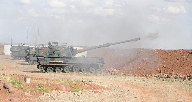 Turkish artillery positioned near Syrian border in southern Kilis province returns fire to Daesh targets after stray rockets landed in Turkish territory, on May 16, 2016. (AA Photo)