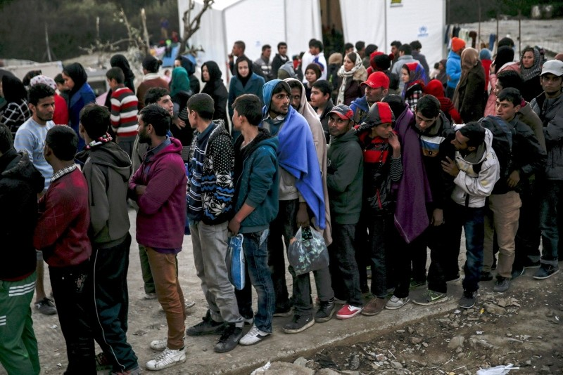 Refugees and migrants line up for a food distribution at the Moria refugee camp on the Greek island of Lesbos, November 5, 2015. (Reuters Photo)